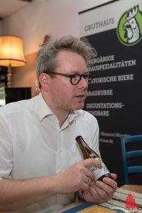 Brauchef Overberg stellt sein neues Grutbier vor. (Foto: cabe)