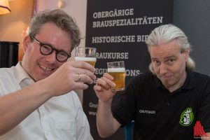 Prost! Philipp Overberg (li.) und Jorma Schubert von der Gruthaus-Brauerei. (Foto: cabe)