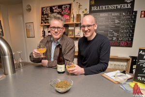 """Philipp Overberg (l.) und Jan Kemker (r.) haben mit ihrem """"Dubbel Porse"""" das Bier des Mittelalters wieder zum Leben erweckt. (Foto: mb)"""