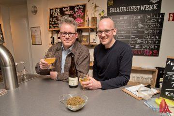 """Zum Grutbiertag haben Philipp Overberg (li., Gruthaus-Brauerei) und Jan Kemker (Brauerei J. Kemker) ein Bier kreiert, wie es vermutlich vor über 500 Jahren gebraut wurde. """"Dubbel Porse"""", also """"doppelter Gagel"""" heißt die Rarität, in der Gagel, Wacholder, Kümmel, Hanf und ein wenig Hopfen für angenehme Würze in einem ansosnten eher säuerlichen Bier sorgen. Lecker! (Foto: mb)"""