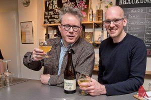 """Philipp Overberg (Gruthaus) und Jan Kemker (Brauerei Kemker) bieten ihr """"Dubbel Porse"""" an. (Archivbild: Michael Bührke)"""