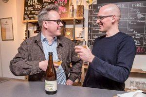 """Philipp Overberg (li.) und Jan Kemker haben für die """"Grutkultur 2020"""" das Grutbier """"Dubbel Porse"""" gebraut. (Foto: Michael Bührke)"""