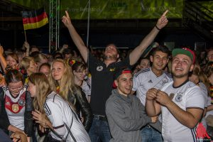 Erlösung bei den Fans, als Mustafi in der 19. Minute zum 1:0 für Deutschland einköpfte. (Foto: th)