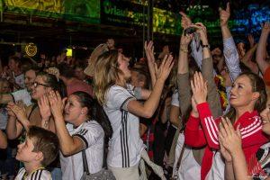 Das ist nochmal gut gegangen: Erleichterung bei den Fans in der Hafenarena. (Foto: Thomas Hölscher)