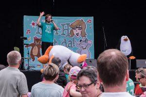 Herr H und Ente Emma beim Stagediven. (Foto: cb)