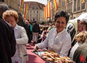 7000 westfälische Schnittchen servieren die Kaufleute auf dem Prinzipalmarkt beim Hansemahl. (Foto: sg)