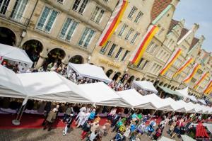"""Die 100 Meter lange Tafel in Münsters """"Guter Stube"""". (Foto: th)"""