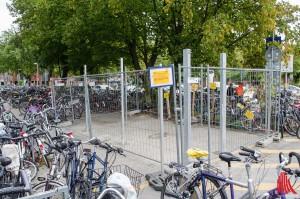In der eingezäunten Anlage sollen zehn Fahrräder oder sechs Dreiräder mit Sonderberechtigung Platz finden. (Foto: th)