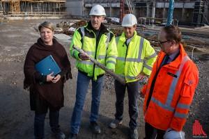 Bauleiter Reimer Chibiorz (2.v.l.) zeigt das Metallrohr, das für eine Bauverzögerung von einem halben Jahr verursacht hat. Mit im Bild: Projektleiterin Sonja Hempel und Bahnhofsmanager Michael Jansen (re.). (Foto: cabe)