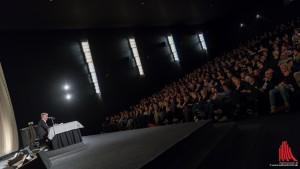 Das Publikum des bis auf den letzten Platz ausverkauften Kinosaals ist begeistert vom neuen Werk des Bestsellerautors. (Foto: wf / Weber)