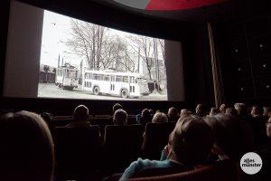 Auch diese historische Aufnahme aus seinem Archiv zeigte Henning Stoffers bei seinem Lichtbildervortrag im Schloßtheater: Eine Straßenbahn schleppt einen O-Bus ab. (Foto: Michael Bührke)