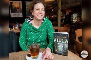 """""""Es ist toll, dass das Buch jetzt in Münster so viel Aufmerksamkeit erhält"""", sagt Henrike Jütting. Die Autorin freut sich über das Interesse an ihrem zweiten Werk, """"Villa 13""""."""