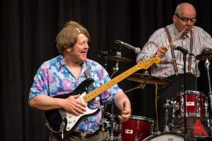 Gitarrist Ozzy und der Trainer am Schlagzeug heizen dem Publikum ordentlich ein. (Foto: th)