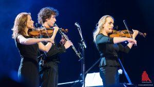 Van Veen hat ausgezeichnete Musiker mit der Bühne, die ihn begleiten. (Foto: wf / Weber)