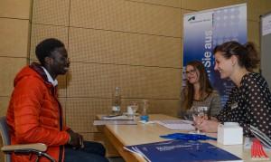 Bewerber Ted Schiewerbein im Gespräch mit Kathrin Aupers (re.) und Nicole Abele vom Studierendenwerk Münster. (Foto: th)