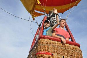 Vadzim (li.) hebt mit Bruder Kyril im Gremmendorfer Ballon ab. (Foto: MCG)