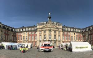 Das Teddybärkrankenhaus vor dem Schloss. (Foto: FSMED)