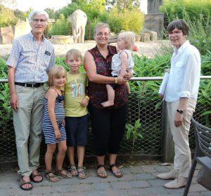(v.l.:) Vorstandsvorsitzender Helge Peters, Julia Homann, Christof Homann, Brigit Homann mit Katrin, Mitgliederbetreuerin Sybille Schulemann-Adlhoch. (Foto: Zoo-Verein)