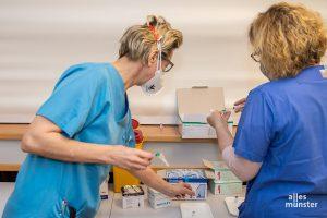 48 Impfungen wurden im Clemenshospital am Montag verabreicht. Vor Ort werden die Spritzen mit dem Biontech-Impfstoff vorbereitet. (Foto: Thomas Hölscher)