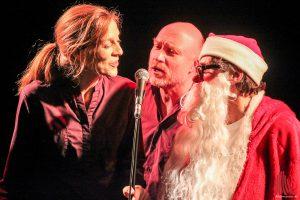 Irmhild Willenbrink und Jürgen Werner von Impro005 werden vom Weihnachtsmann begleitet. (Foto: bk)