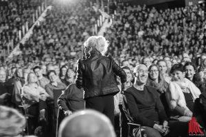 Immer wieder stieg Ina Müller von der Bühne, um direkt mit ihren Gästen zu reden. (Foto: cf)