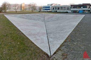 """Wäre die bekannte Skulptur """"Square Depression"""" von Bruce Nauman vor Hiesingers Institut ein Krater, wäre der verantwortliche Himmelskörper etwa einen Meter groß gewesen. Also in etwa wie ein großer Gymnastikball. (Foto: mb)"""