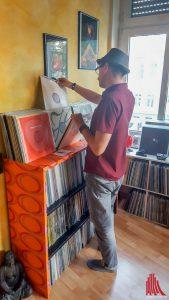 DJ Maxon beim Stöbern in seiner Vinylsammlung. (Foto: tm)