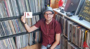 Zwischen seinen Platten fühlt sich der DJ und Labelchef wohl. (Foto: tm)