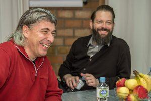 Markus Riedinger (li.) von Onkel Fisch verrät, warum er den lebendigen Look seiner Haare so mag. (Foto: th)