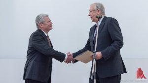 Prof. Dr. Hans-Peter Großhans (re.), Dekan der Evangelisch-Theologischen Fakultät, überreicht Joachim Gauck die Ehrenurkunde. (Foto: wf / Weber)
