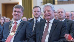 WWU-Direktor Prof. Dr. Johannes Wessels (li.) mit Joachim Gauck. (Foto: wf / Weber)