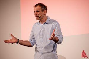 Kabarettist Thomas Philipzen unterhielt die Gäste zwischen den Beiträgen. (Foto: mb)