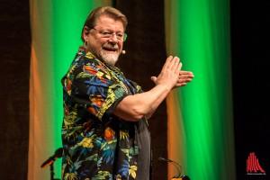 Jürgen von der Lippe zeigt, wie ein ordentlicher Applaus auszusehen hat. (Foto: th)