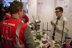 Der 18-jährige Schüler Johannes Jokiel präsentiert sein Projekt der Jury. (Foto: th)
