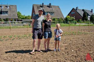 Marie und Henning Franke freuen sich mit ihrer sechsjährigen Tochter auf die erste Ernte. (Foto: mb)