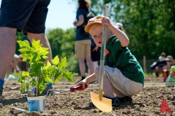 Die Arbeit auf den Ackerflächen ist eine gute Gelegenheit, mit der ganzen Famile gemeinsam aktiv zu werden. (Foto: mb)