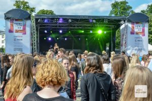 Das JuWi-Fest feierte Jubiläum auf der Wiese vor dem Schloss. (Foto: Maximilian Hengesbach)