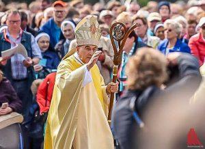 Bischof Genn beim Gottesdienst auf dem Schlossplatz. (Foto: ts)