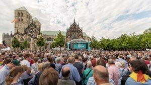 Rund 18.000 Besucher verfolgten die Eröffnung des Katholikentags auf dem Domplatz. (Foto: ts)