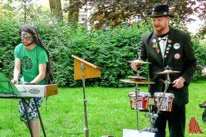 """Das Duo """"Kaum ein Vogel"""" begeisterte das zufällige Publikum bei der Grünflächenunterhaltung. Ob ihnen das auch beim Hafenfest gelingt? (Foto: rc)"""