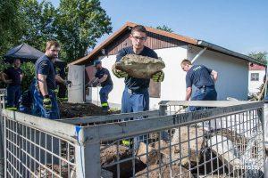 Das THW Münster unterstützt die Ermittler in der Kleingartenanlage. (Foto: Thomas Hölscher)