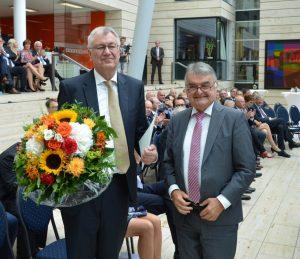 Innenminister Herbert Reul (r.) verabschiedet Regierungspräsident Prof. Dr. Reinhard Klenke (l.) (Foto: Bezirksregierung Münster)