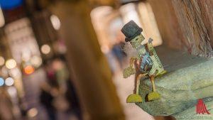 """Eine der kleinen Figuren: das """"Onkel Willi""""-Korkmännchen an der Rathaustreppe. (Foto: wf / Weber)"""