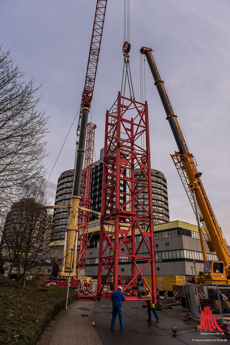 An den Bettentürmen wird ein über 90 Meter hoher Kran für die Sanierungsarbeiten aufgebaut. (Foto: wf)