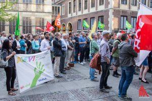 Mehrere hundert Menschen folgten dem Aufruf zur Kundgebung in den Rathausinnenhof. (Foto: th)