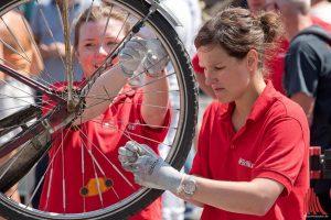 Freiwillige der Firma Brillux statteten Fahrräder kostenlos mit Speichenreflektoren aus. (Foto: Michael Bührke)