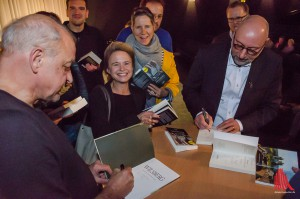 Ein großer Teil des Publikums nutzt die Pause, um sich die mitgebrachten oder vor Ort gekauften Bücher individuell signieren lassen. (Foto: th)