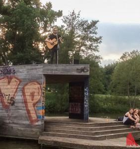 """""""Turbobart"""" nutze die Kunstinstallation """"Pier"""" kurzerhand als Bühne. (Foto: na)"""
