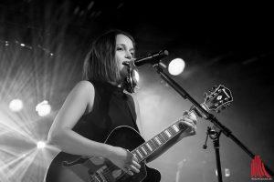 Noch vor zwei Jahren war Lotte als Support mit Max Giesinger auf Tour. Jetzt ist die Musikerin auf der Bühne ihr eigener Chef. (Foto: cf)