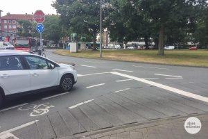 """Die geriffelten Bereiche an den Zufahrtstraßen zum Kreisverkehr sollen Radfahrer davon abhalten, im unfallträchtigen """"toten Winkel"""" von Großfahrzeugen zu fahren. (Foto: Thomas Hölscher)"""